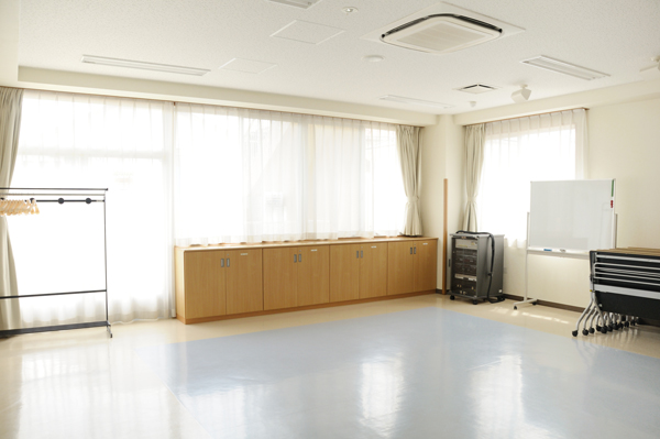 集会室2の明るい窓際
